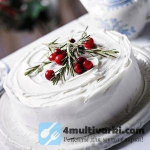 Заварной белковый крем украшает бисквитный торт в мультиварке
