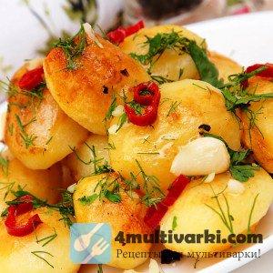 Запеченный молодой картофель с острым перцем и чесноком