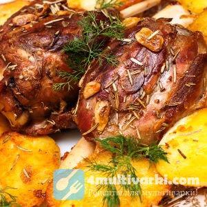 Свиная рулька, запеченная с картофелем